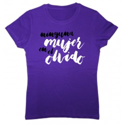 Camiseta color lila con mensaje: Ninguna mujer en el olvido