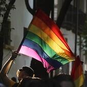 Este año se cumplen 50 años del inicio de los movimientos LGBT. Fue en 1969, durante los disturbios de Stonwall, Nueva York, cuando la comunidad LGBT empezó a manifestarse contra un sistema que los reprimía.  Un año más tarde, Barcelona se unía a este movimiento, siendo la primera ciudad española en tomar la calle para reclamar que ser gay, lesbiana, bisexual o transexual no era ningún delito. A pesar de la represión, el colectivo ha seguido luchando para lograr la tolerancia, mover consciencias y provocar grandes cambios sociales. 🌈 En 1978, por fin, la homosexualidad dejó de ser parte de la Ley de Peligrosidad y Reforma Social.  Todavía hoy nos queda mucho camino por recorrer. Hace falta eliminar estigmas sociales, dar una mayor visibilidad y reivindicar derechos.  El año pasado se batió récord de asistencia en el PRIDE de Barelona y Madrid, y este año esperamos ser todavía muchas más. ❤️🧡💛💚💙💜 No lo pienses, cárgate de tu bandera, 🏳️🌈 pancarta, camiseta o tu mejor sonrisa y únete a la manifestación del 28 de junio. ✊  #gaypride #pride #lgbti #lgbtpride #banderagay #lovewins #orgullogay #pride2019 #loveislove