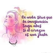 Con esta frase, Frida Kahlo relaciona la capacidad de imaginar libremente con aquello que sentimos, con nuestras emociones y estados de ánimo.  Muchas veces somos nosotras mismas las que nos ponemos nuestras propias cadenas. El primer paso es detectarlas.  Sé, piensa y ama con libertad.  #fridakahlo #fridakahloshirt #fridakahlofrases #fridakahloarte #fridakahloinspiration #camisetasfeministas #feminismo #amorlibre #libertad #libresentimiento #mujerlibre
